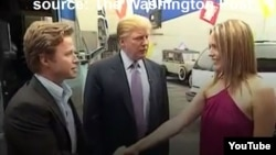 Imágen de video de YouTube de la grabación de la conversación entre Trump y Billy Bush (izquierda) en 2005 en la que el ahora presidente se jacta de sus proezas sexuales.