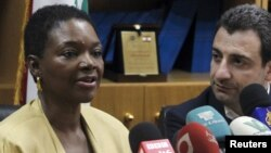 Kepala urusan kemanusiaan PBB, Valerie Amos (kiri) menjelaskan maksud kunjungannya ke Suriah di Damaskus hari Minggu, 27/1 (foto: dok).