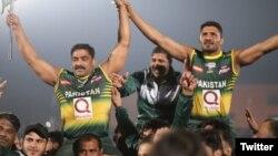 پاکستانی کبڈی ٹیم کے کھلاڑی فائنل جیتنے کے بعد اپنی خوشی کا اظہار کر رہے ہیں۔ 16 فروری 2020