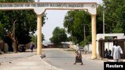 Wata mata na ketare titin mota a garin Bulumkutu, bayan da sojoji suka kafa dokar hana fita waje a Maiduguri dake Jihar Borno. Mayu 19, 2013.