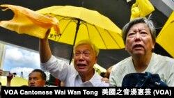 和平佔中發起人朱耀明含淚揮動黃色毛巾,目送囚車離開法庭大樓 (攝影﹕美國之音 湯惠芸)