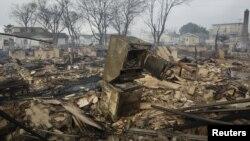 Các ngôi nhà bị phá hủy nghiêm trọng do hỏa hoạn và hậu quả của bão Sandy ở khu Queens, thành phố New York, 30/10/2012. (REUTERS/Shannon Stapleton)