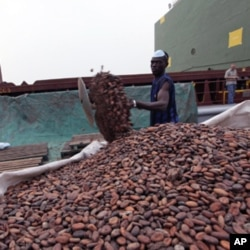 Des stocks de cacao au port d 'Abidjan