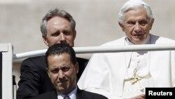 El mayordomo papal, Paolo Gabriele -abajo a la izquierda- en la foto junto al Sumo Pontífice, ha desatado un escándalo en la Santa Sede.