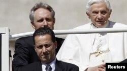 Paolo Gabrijele (donji levi ugao) stiže sa papom Benediktom XVI na trg Svetog Petra u Vatikanu