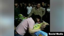 Người thân đau buồn trước cái chết của anh Toàn. (Ảnh cắt từ video trên Facebook Tham Nguyen)