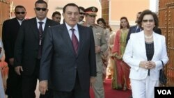 Presiden Mesir Hosni Mubarak dan isterinya, Suzanne Mubarak (kanan) saat melakukan kunjungan ke Maroko (foto: dok. tahun 2006)