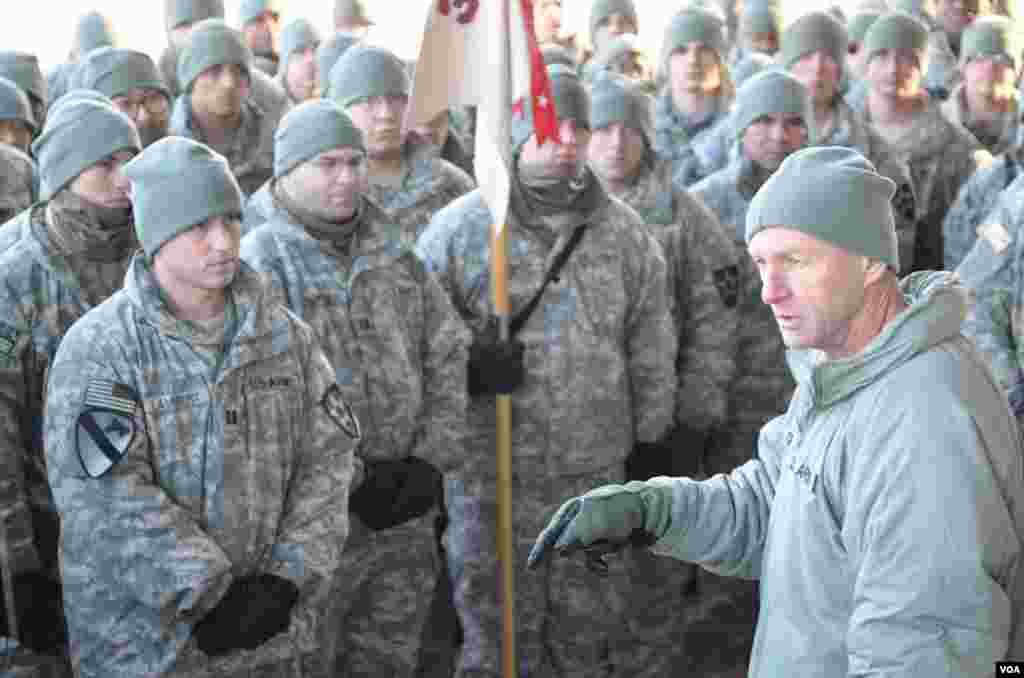 Chỉ huy trưởng Sư đoàn 2 Bộ binh, Thiếu tướng Edward Cardon, nói chuyện với binh sĩ. Pocheon, Nam Triều Tiên, 25-1-2013. (S. Herman/VOA)