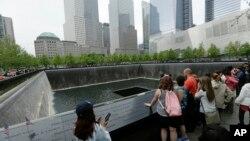 Para pengunjung 9/11 Memorial dekat World Trade Center. (Foto: Dok)