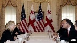На переднем плане: Хиллари Клинтон и Григол Вашадзе. Нью-Йорк. 26 сентября 2011 г.