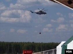 米-26直升机在莫斯科郊外扑灭森林大火(美国之音白桦拍摄)