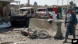 Cảnh sát Afghanistan kiểm tra hiện trường 1 vụ tấn công tự sát ở Lashkargah, thủ phủ của tỉnh Helmand, Afghanistan, 8/10/2014.