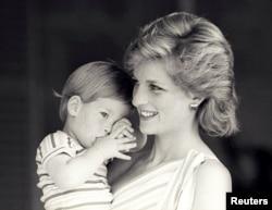 Hoàng tử Harry trong vòng tay mẹ, công nương Diana, tại cung điện Marivent ở Mallorca, Tây Ban Nha, ngày 9/8/1988.