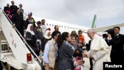 罗马天主教宗方济各在罗马钱皮诺机场向叙利亚难民表示欢迎(2016年4月16日)