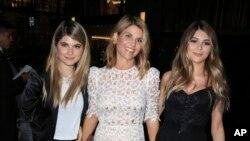 Nữ diễn viên Lori Loughli (giữa) cùng hai con gái Isabella Rose Giannulli và Olivia Jade Giannulli.