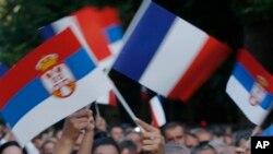 Građani mašu francuskim i srpskim zastavama tokom posete predsednika Francuske Beogradu, 15. jula 2019.