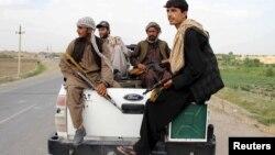 افغان ملیشیا کے اہل کار قندوز کے علاقے میں ایک پک اپ میں سوار ہیں ۔ فائل فوٹو