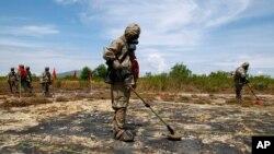 Ảnh tư liệu: Binh sĩ tiến hành rà phá bom mìn và xử lý ô nhiễm dioxin tại sân bay Đà Nẵng. Hoa Kỳ đã giúp Việt Nam 100 triệu đôla để tẩy độc dioxin, kể cả ở khu vực Đà Nẵng.