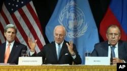Menteri Luar Negeri AS John Kerry (kiri), utusan khusus PBB untuk Suriah Staffan de Mistura (tengah) dan Menlu Rusia Sergey Lavrov dalam konferensi pers di Wina, Austria (14/11). (AP/Ronald Zak)