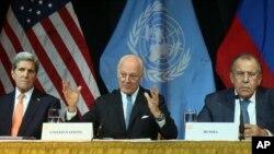 از چپ: جان کری وزیر خارجه آمریکا، استفان دیمستورا فرستاده سازمان ملل، و سرگئی لاوروف وزیر امورخارجه روسیه در کنفرانس خبری وین