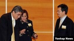 2008년 11월 한국과 유엔 아시아태평양평화군축센터가 공동 주최한 제7차 국제 군축비확산회의에 참석한 관계자들. 왼쪽부터 성 김 전 대북특사, 폴라 디셔터 미 국무부 검증·이행담당 차관보, 황준국 북핵외교기획단장.