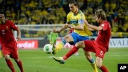 Zlatan Ibrahimovic trong màu áo (vàng) của đội tuyển Thụy Điển trong trận play-off với Bồ Đào Nha để tranh suất đi Brazil 2014, trên sân Friends Arena ở Stockholm, ngày 19/11/2013.