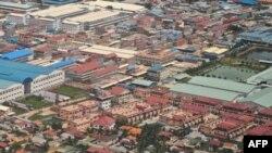 Những tòa nhà mới mọc lên gần một khu kỹ nghệ ở ngoại ô Phmom Penh
