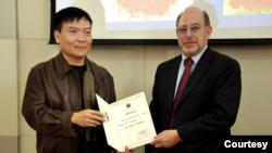 时任乔治华盛顿大学太空政策研究所副所长的赫尔兹菲尔德教授2014年11月接受北京理工大学兼职教授聘书(北京理工大学网站)