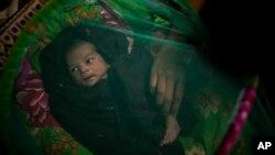 Hoton wata yarin kennan da aka haifa da kwayoyin cutar kanjamau a garin Myanmar.