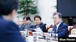 문재인 한국 대통령이 14일 한국 청와대에서 열린 국가안전보장회의(NSC) 전체회의에서 모두발언하고 있다. 청와대 사진제공.