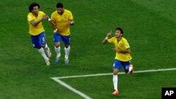 2014 브라질 월드컵 개막전으로 12일 상파울루에서 열린 브라질과 크로아티아의 경기에서, 브라질 네이마르 선수(오른쪽)가 전반 29분 동점골을 기록한 후 기뻐하고 있다.