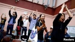香港選民在他們支持的一名民主派候選人在區議會選舉中獲勝後鼓掌歡呼。(2019年11月25日)