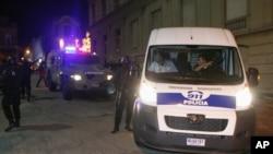 Y tá nam, tên họ không được tiết lộ vì lý do pháp lý, bị cảnh sát áp tải ra khỏi tòa án, ngày 18/3/2012