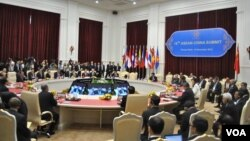 Chinese and ASEAN leaders attend the 15th ASEAN-China Summit in Phnom Penh's Peace Palace, Cambodia, November 19, 2012. (VOA Khmer/Sophat Soeung)