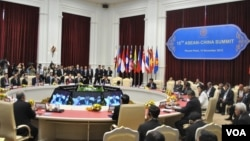 Chinese and ASEAN leaders attend the 15th ASEAN-China Summit in Phnom Penh's Peace Palace, Cambodia, November 19, 2012. (Sophat Soeung/VOA Khmer)