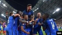 Les joueurs de la France célèbrent après leur victoire en match de demi-finale de l'Euro 2016 contre l'Allemagne, au Stade Vélodrome de Marseille, France 07 Juillet 2016. epa/ PETER POWELL