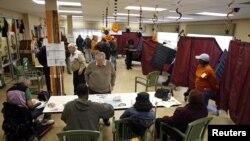 Warga New Jersey mencoblos di TPS di kompleks apartemen karena TPS semula rusak karena badai. (Foto: Reuters/Adam Hunger)