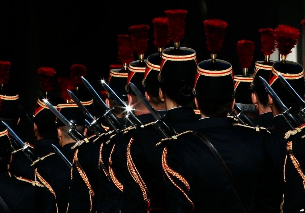 프랑수아 올랑드 프랑스 대통령과 인도양 섬나라 코모로의 아잘리 아수마니 대통령이 프랑스 파리 엘리제궁에서 만난 직후 프랑스 공화국 수비대 의장대원들이 퇴장하고 있다.