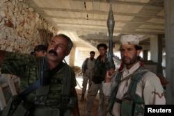 Ảnh tư liệu - Các chiến binh Lực lượng Dân chủ Syria (SDF) đứng bên trong một tòa nhà gần Manbij, ngày 17 tháng 6 năm 2016.