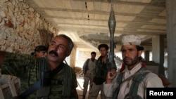 Para anggota Pasukan Demokrat Suriah (SDF) siaga di dekat Manbij, Aleppo, Suriah (17/6).