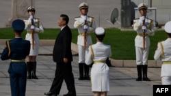 中國領導人習近平在天安門廣場舉行的獻花儀式中走向人民英雄紀念碑。(法新社2020年9月30日)