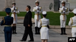 中國領導人習近平在天安門廣場舉行的獻花儀式中走向人民英雄紀念碑。 (2020年9月30日)