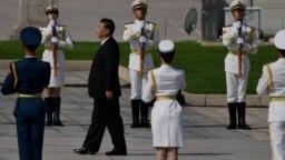 中国领导人习近平在天安门广场举行的献花仪式中走向人民英雄纪念碑。(2020年9月30日)