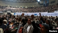 Peserta meneriakkan slogan-slogan dalam pertemuan kesukuan yang diorganisir oleh gerakan Syiah Houthi di Sanaa, Yaman (31/10).