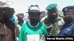 Le seigneur de guerre Gédéon Kyungu Mutanga vient de se rendre à Lubumbashi avec une centaine de miliciens Mai Mai Bakata Katanga, Haut-Katanga, RDC, 11 octobre 2016. VOA/Narval Mabila