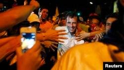Henrique Capriles saluda a sus seguidores en Caracas, durante la noche del martes.