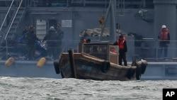 지난 2011년 3월 한국 정부가 서해 상에서 표류하다 남쪽으로 내려온 북한 어선과 어부들을 북쪽으로 다시 돌려보내고 있다. (자료사진)