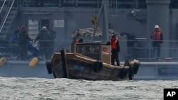 지난 2011년 3월 한국 해군이 서해상에서 표류하다 남쪽으로 내려온 북한 어선과 어부들을 북쪽으로 다시 돌려보내고 있다. (자료사진)