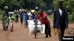 지난 2월 아프리카 말라위 수도 릴롱웨 인근 마을에서 한 남성이 유엔 산하 세계식량기구(WFP)가 지원한 곡물을 운반하고 있다.