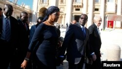 Zimbabwe's President Robert Mugabe (2nd R) and his wife Grace arrive to attend a mass for the beatification of former pope Paul VI in St. Peter's square at the Vatican, Oct. 19, 2014.